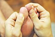 足の指の刺激